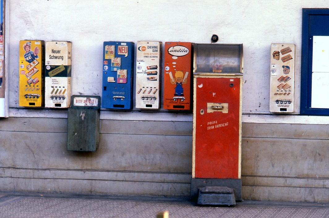 Stadtbahn, Gürtellinie, Haltestelle Nussdorfer Straße, Bahnsteig, Automaten (Bild: TARS631, 1980er Jahre)