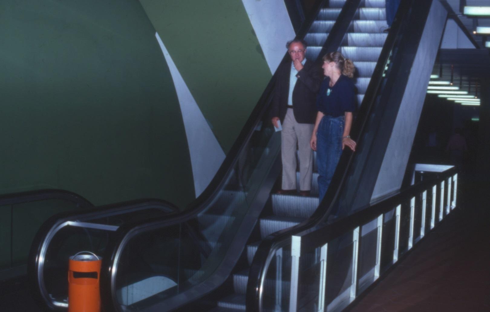 Zweibahnige gegenläufige Rolltreppen im Haupttreppenhaus ermöglichten eine zügige Erschließung der Ebenen 10 bis 60 (Bild: Deutsche Rentenversicherung Baden-Württemberg, W. Trepl, um 1980)