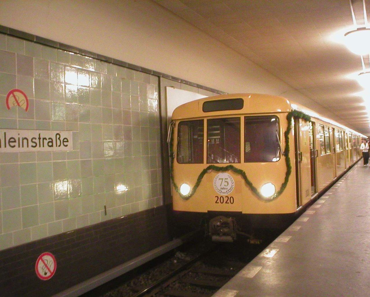Ein Waggon der Baureihe D feiert das Jubiläum der Linie U 8 in Berlin (Bild: Jcornelius, CC-BY-SA 2.0)