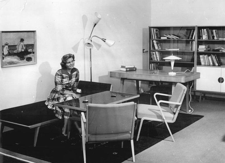 Das Modell-Wohnzimmer (1957) des VEB Deutsche Werkstätten Hellerau übersetzte die Ziele der Neuen Sachlichkeit in die Heimatsuche der frühen Nachkriegszeit (Bild: Bundesarchiv, 1957)