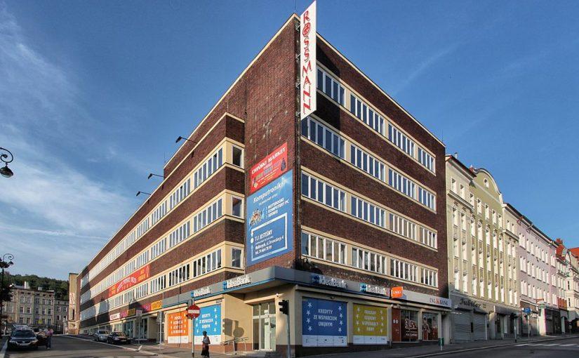 Wałbrzych (Waldenburg), Kaufhaus Schocken, 1928 (Bild: Paweł Marynowski, CC BY SA 3.0, via wikimedia commons, 2013)