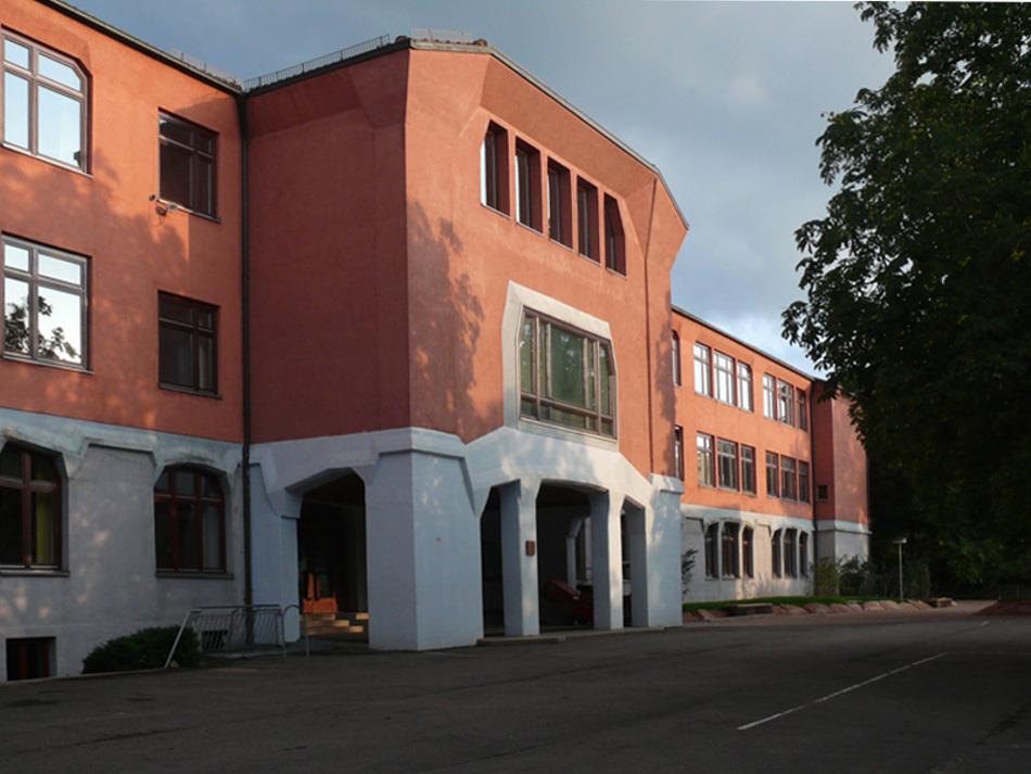 Stuttgart, Freie Waldorfschule Uhlandshöhe, Erster Schulbau 1921/22 (1921/22) und 1952 (Johannes Schöpfer/Ludwig Kresse), Hauptfassade, Ansicht von Nord-West (Foto: © Klaus Gablenberger, 2019)