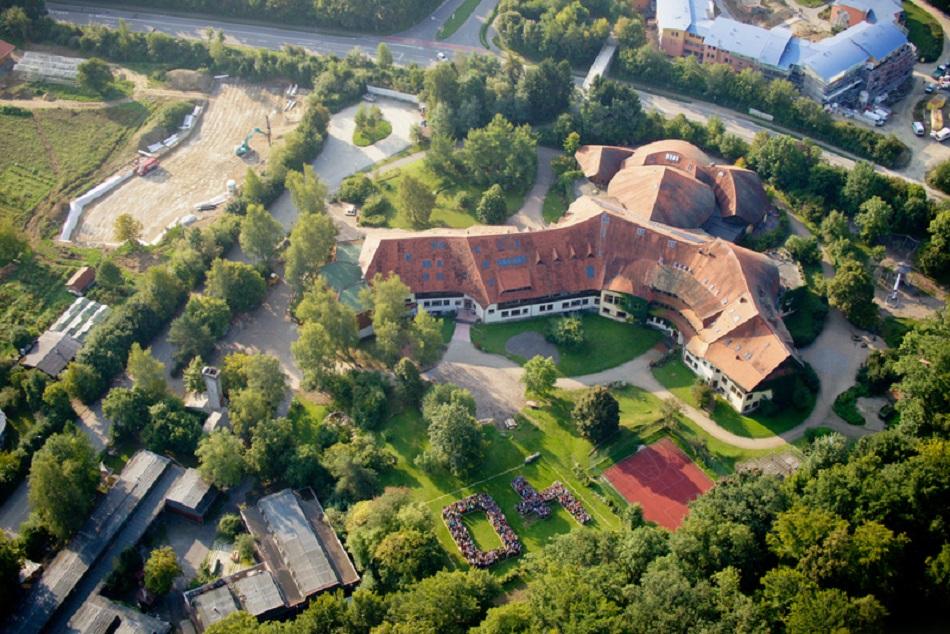 Überlingen, Waldorfschule, 1977–1981 (Wilfried Ogilvie von der Alanus Bauhütte/Architekturbüro Gundolf Bockemühl & Partner), Luftansicht (Foto: N. N.)