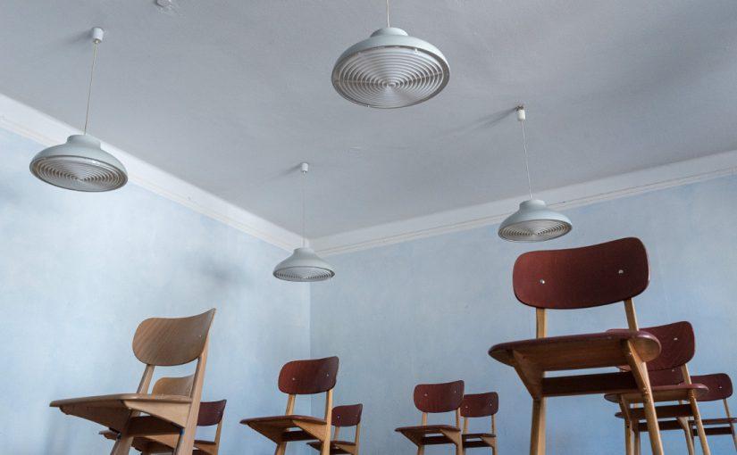 Stuttgart, Freie Waldorfschule Uhlandshöhe, Stuttgart, Stühle und Lampen im ersten Schulbau (© Foto: Steffen Fuchs, Institut für Europäische Kunstgeschichte, Universität Heidelberg, 2020)