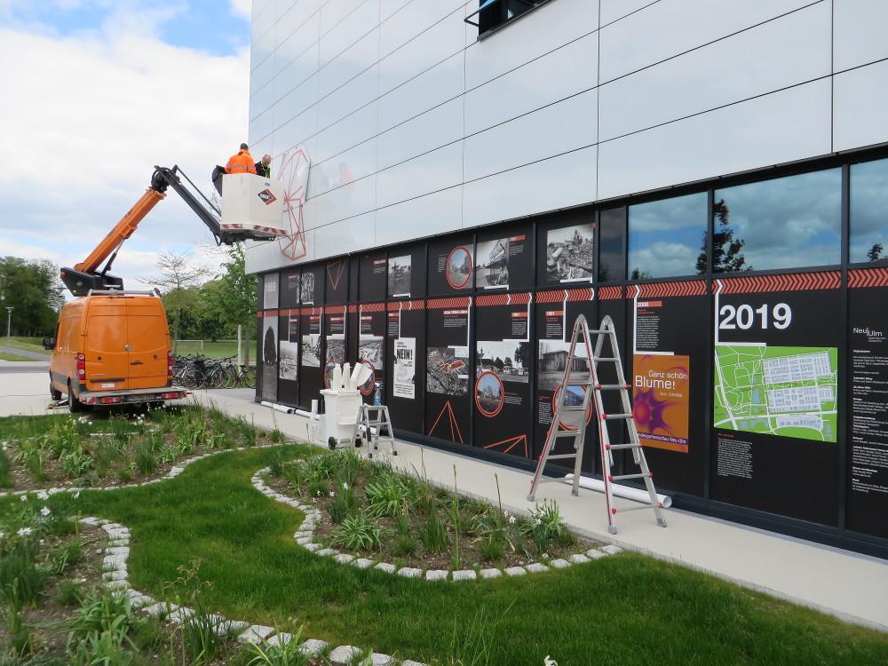 Outdoor-Ausstellung zum 150-jährigen Jubiläum von Neu-Ulm an der Fassade der HfG-Ulm (Bild: Stadtarchiv Neu-Ulm)