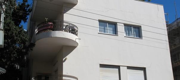 Ein Bau in Tel Avivs Weißer Stadt (Bild: J. Paysan, CC_BY_SA 3.0)