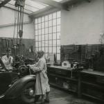 Die Lehrlinge am Werk: Motorenausbau Ende der 1930er Jahre (Bild: O. Hausmann)