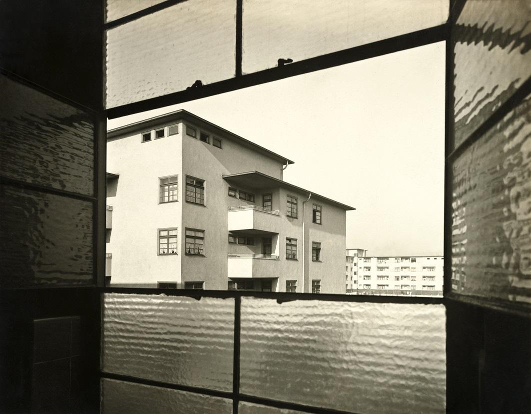 Werner Mantz: Blick aus einem Fenster in der Kasseler Straße zum Innenhof, Blauer Hof, Köln-Buchforst, um 1928 (Bild: Photographische Sammlung/SK Stiftung Kultur, Dauerleihgabe GAG Immobilien AG, Köln, Copyright: VG Bild-Kunst, Bonn)