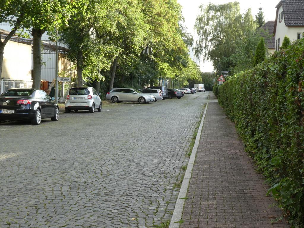 Frankfurt, Wurzelsiedlung, Hirtenstraße von Osten, mit typischem Basaltkopfsteinpflaster (Bild: © Elsesser, 2018)