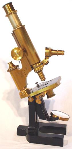 Zeiss-Mikroskop, 1879 (Bild: Dr. Timo Mappes, www.musoptin.com, gemeinfrei, via wikimedia commons)