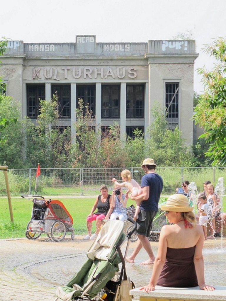 or dem abgezäunten leerstehenden Kulturhaus zieht das Leben schon wieder ein (Bild: K. Berkemann