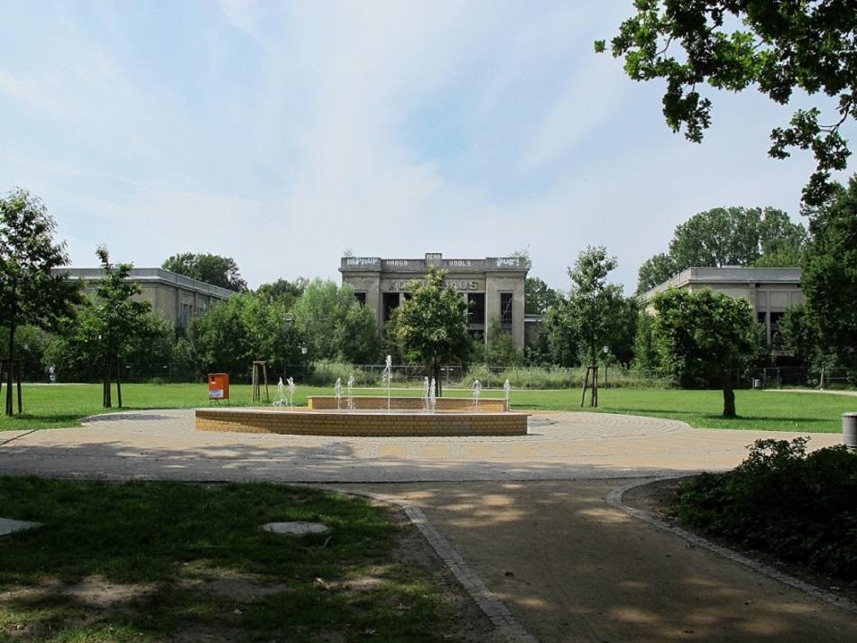 Der angrenzende Park wurde 2009 neu gestaltet (Bild: K. Berkemann)