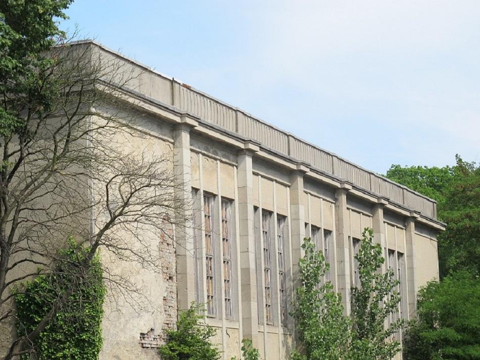 Die Seitenflügel des Kulturhauses Zinnowitz werden durch Wandvorlagen gegliedert (Bild: K. Berkemann)
