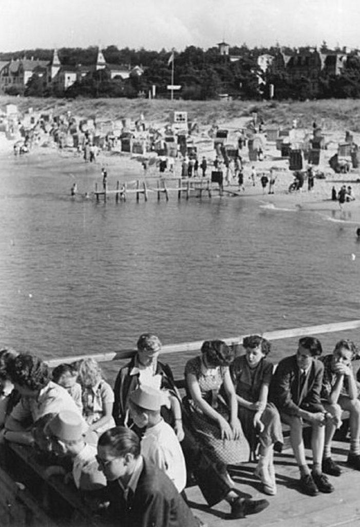 """Das """"Erste Seebad der Werktätigen"""" verzeichnete 1950 wieder 20.000 Besucher (Bild: Bundesarchiv Bild-Nr. 183-16206-0011, CC BY SA 3.0, Foto: Bend, 1952)"""