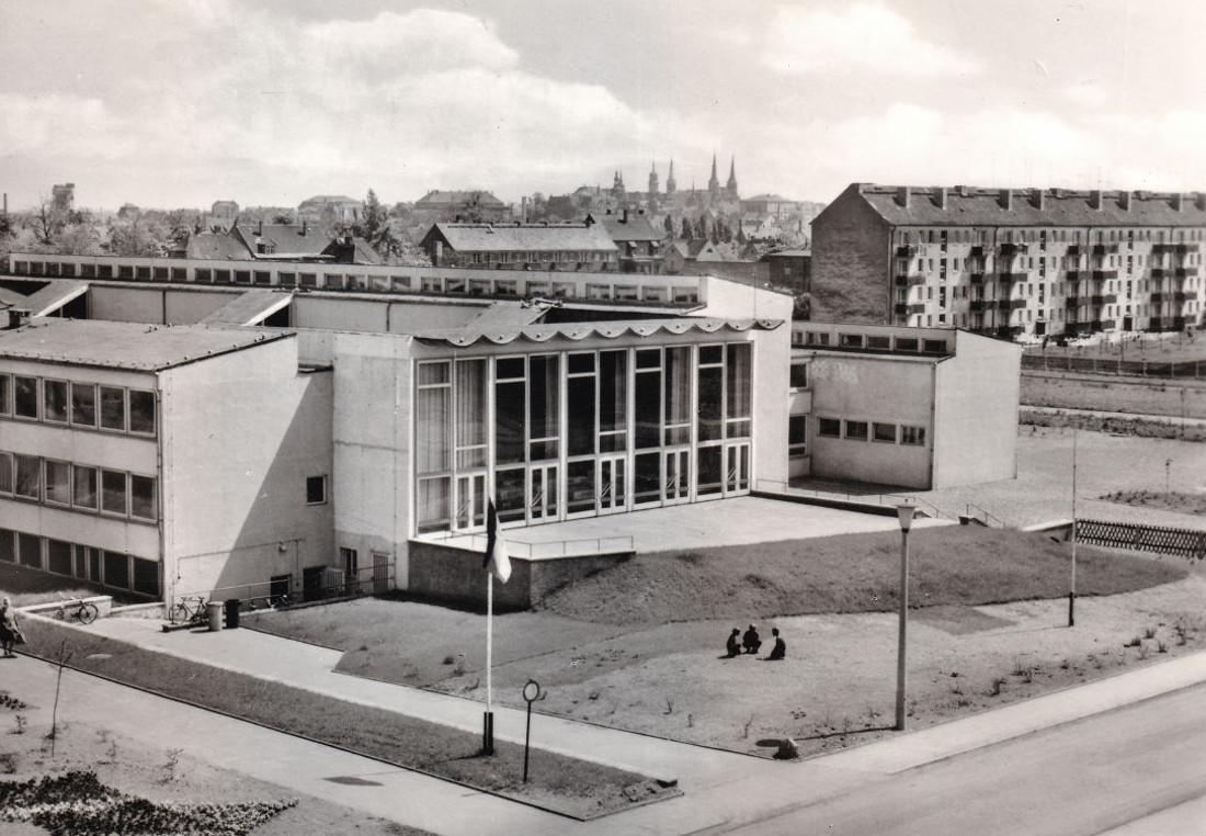 Merseburg-Nord, Polytechnische Oberschule (Bild: unter Mitarbeit von Kühn (Leipzig). Reichenbach (Vogtl): VEB Bild und Heimat Reichenbach i. V. (III/18/98 A 1/B 113/74 01 08 11 070), 1974)