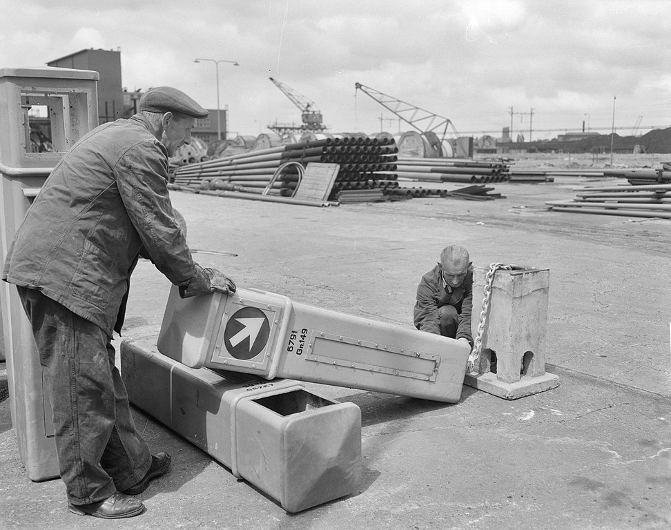 Amsterdam, Poller werden an Ketten gelegt, 1952 (Bild: Joop van Bilsen, CC0)