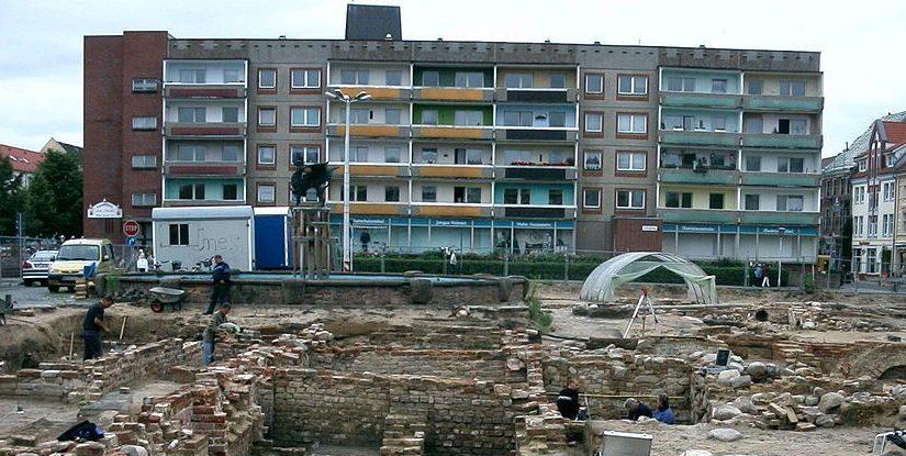 Anklam, Markt, Ausgrabungen mit Plattenbau im Hintergrund (Bild: Chron Paul, CC BY SA 3.0, 2003)