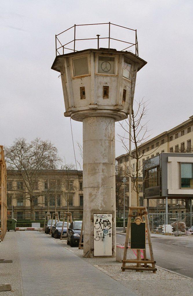 Berlin, Wachturm an der Erna-Berger-Straße (Bild: Sir James, CC BY SA 3.0, 2004)