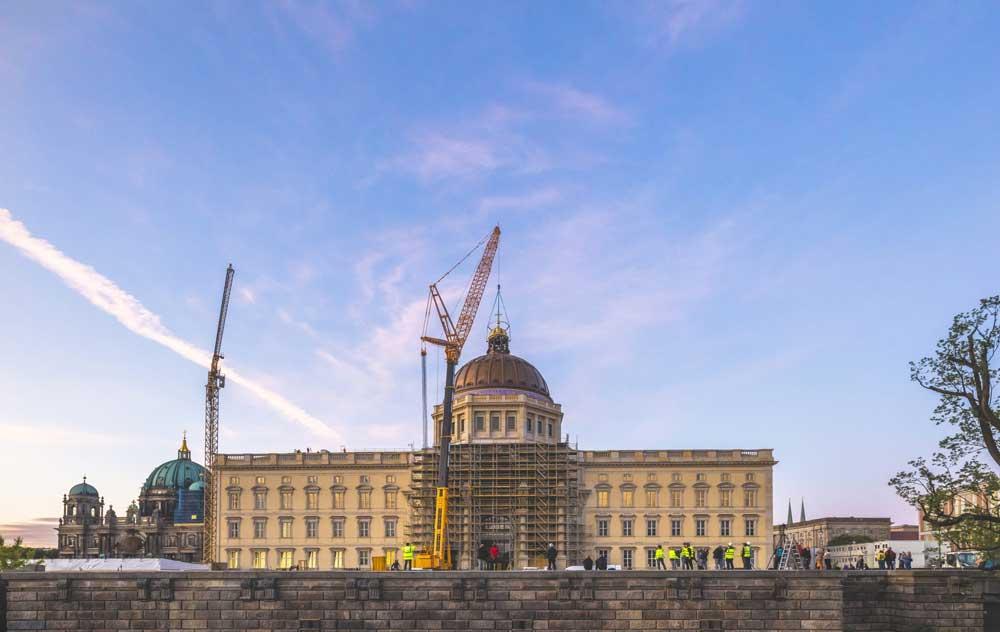 Berlin, Wiederaufbau des Schlosses/Humboldtforum, Aufsetzen der Kuppel, Sommer 2020 (Bild: © SHF, Foto: David von Becker)