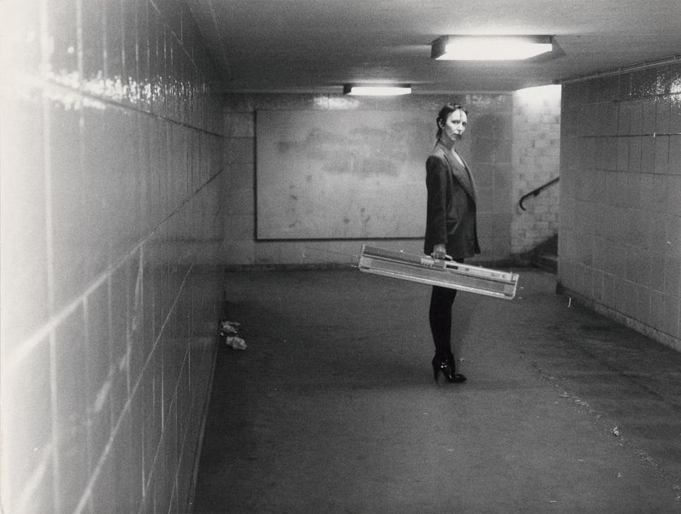 Martin Kippenberger, Ohne Titel (Claudia Skoda mit ihrer Strickmaschine im U-Bahnhof Kottbusser Tor, Berlin), Silbergelatine-Vintageprint, ca. 1976-77 (Bild: © Estate of Martin Kippenberger, Galerie Gisela Capitain, Cologne)
