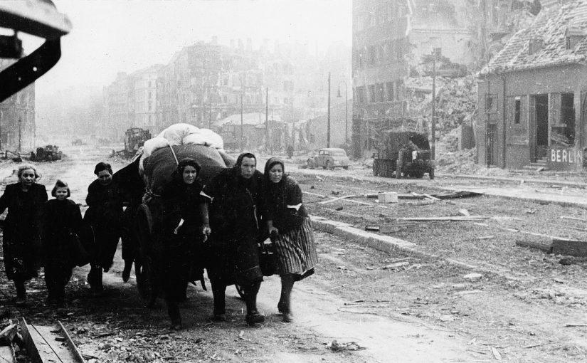 Berlin, Frauen mit Handwagen (Bild: Iwan Schagin, Deutsch-Russisches Museum Berlin-Karlsrhorst, Sammlung Iwan Schagin)