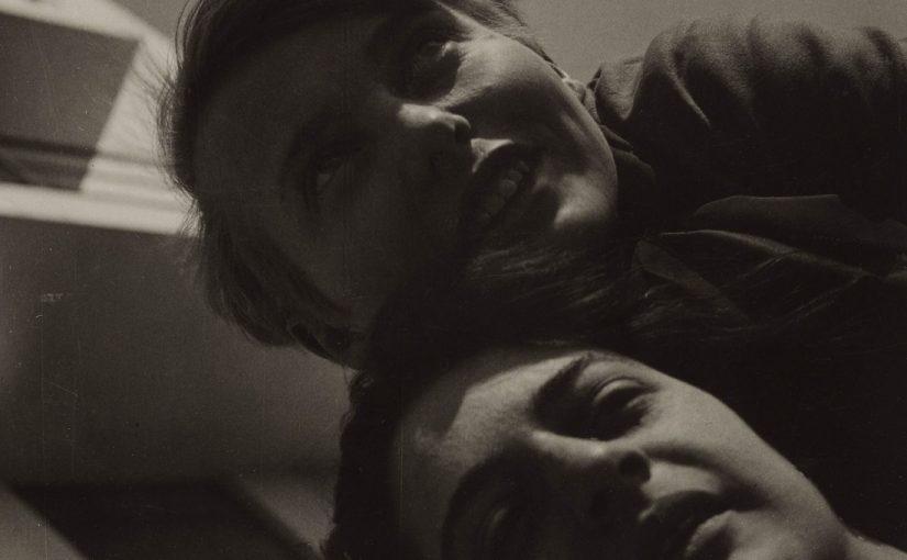 Karla Grosch (Weimar 1904-Tel Aviv 1933) und Else Rawitzer (Berlin 1908-KZ Auschwitz 1942) vor dem Bauhaus-Gebäude Dessau (Foto: T. Lux Feininger, 1928, © Estate T. Lux Feininger/Bauhaus-Archiv Berlin)