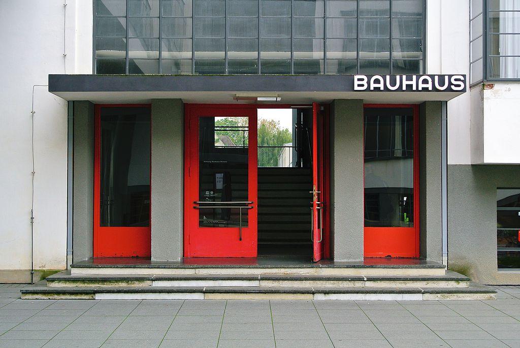 Dessau, Bauhausgebäude, Eingang (Bild: Spyrosdrakopoulos, CC BY SA 4.0, 2014)