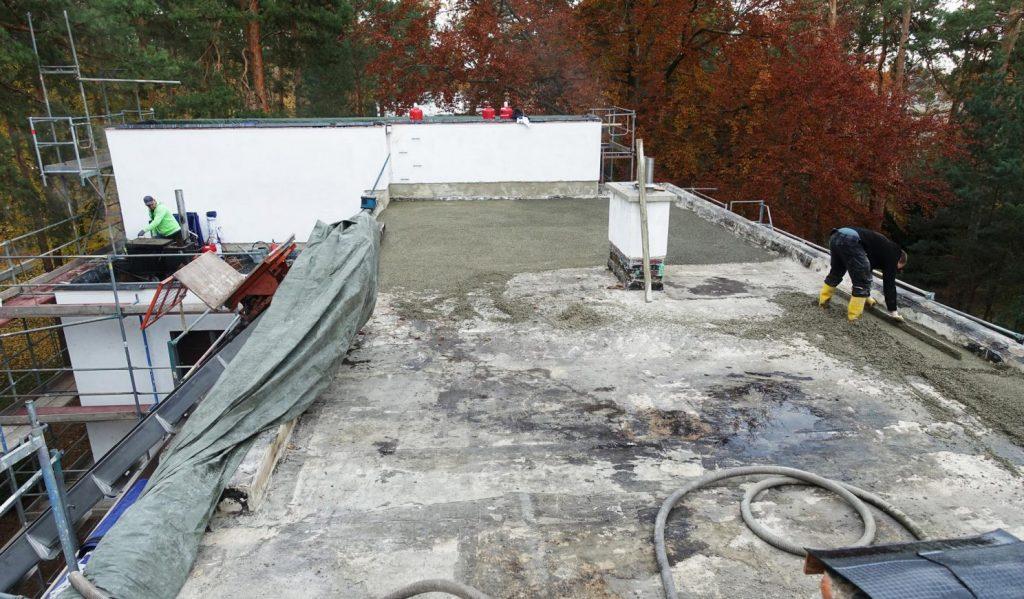 Dessau, Meisterhaus Kandinsky/Klee, Aufbringen einer Ausgleichsschicht auf dem Flachdach (Bild: Brenne Architekten)