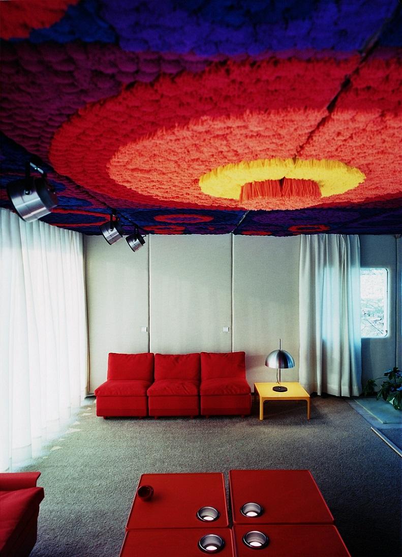 Wohnzimmer des Prototypen mit dreidimensionalem Deckenteppich (Bild: W. Feierbach)