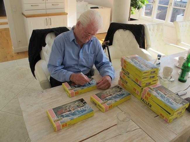 Furtwangen 2017: Leopold Messmer signiert Villen-Bausätze