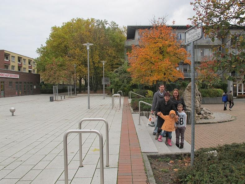 """Garbsen, """"Auf der Horst"""", Familie S. aus Neustadt am Rübenberge beim Wochenendeinkauf auf dem Hérouville-St.-Clair-Platz (ehemals von-Woyan-Platz), 2016 (Foto: Wilhelm Bartling, Bild: Stadtarchiv Garbsen)"""