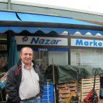 """Garbsen, """"Auf der Horst"""", ein Mitarbeiter vor """"Nazar Market"""" am Orionhof, 2016 (Bild: privat)"""