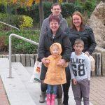 """Garbsen, """"Auf der Horst"""", Familie S. aus Neustadt am Rübenberge beim Wochenendeinkauf auf dem Hérouville-St.-Clair-Platz, 2016 (Bild: privat)"""