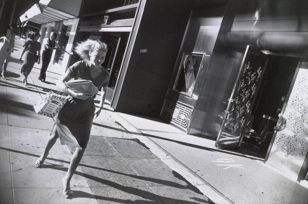 Garry Winogrand: Beverly Hills, California, 1978 (Bild: Silbergelatineabzug, Albertina, Wien © The Estate of Garry Winogrand, courtesy Fraenkel Gallery, San Francisco)