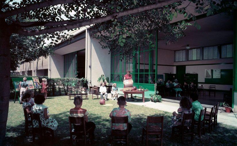 Los Angeles, Corona Avenue School (Richard Neutra, 1953), Klassenzimmer im Freien (Foto: Julius Shulman, 1953, Bild: © J. Paul Getty Trust. Getty Research Institute, Los Angeles (2004.R.10))