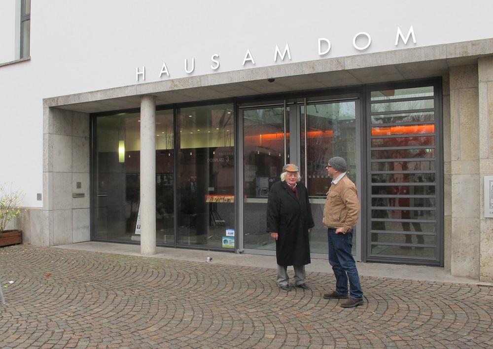 Jochem Jourdan (links im Bild) und Daniel Bartetzko im Gespräch vor dem Frankfurter Haus am Dom (Bild: privat)