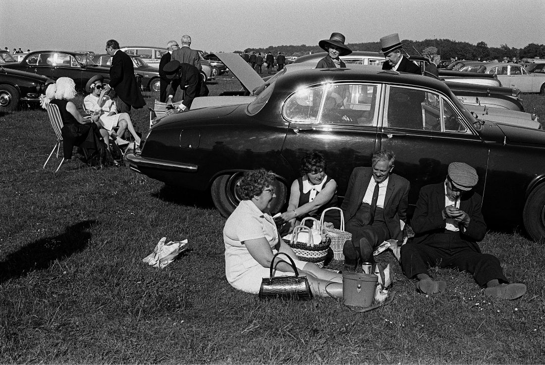 Homer Sykes, An alfresco picnic Derby Horse Race Epsom Downs, Surrey 1970, © Homer Syke