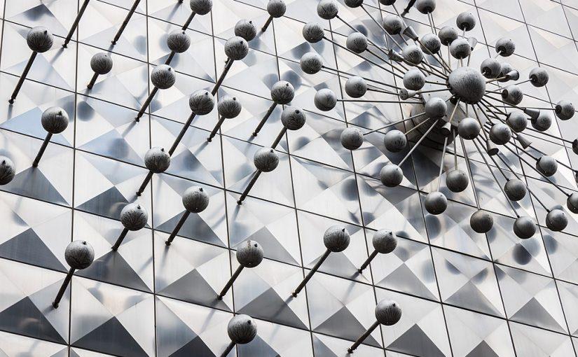 Kinetische Installation von Otto Piene in der Hohen Straße in Köln (Bild: Elke Wetzig, CC BY SA 4.0, 2021)