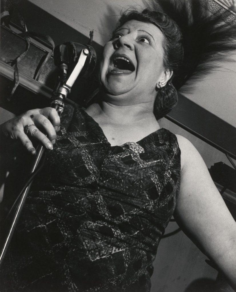 Lisette Model: Sängerin im Metropole Cafe, New York City, 1946 (Bild: Silbergelatineabzug, Albertina, Wien, © 2021 Estate of Lisette Model, Courtesy Baudoin Lebon Gallery, Paris and Keitelman Gallery, Brussels)