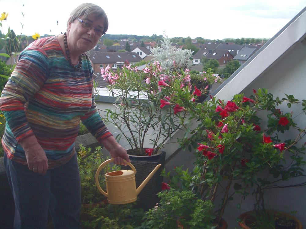 Karin Derichs-Kunstmann auf der Terrasse im Hügelhaus III in Marl (Bild: privat)