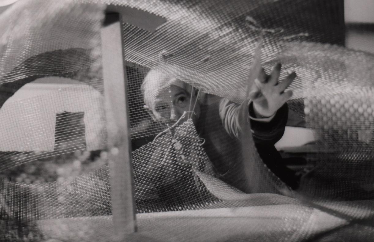 Friedrich Kiesler: Arbeit am Maschendrahtmodell für sein Endless House, New York 1959/60 (Foto: unbekannt, © Friedrich Kiesler Stiftung)