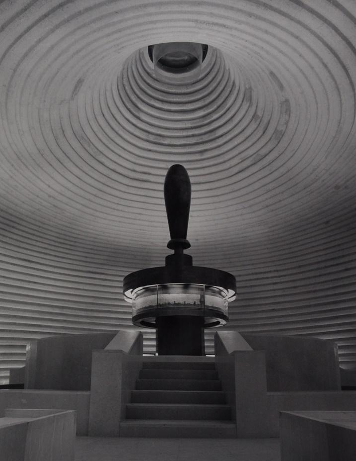 Jerusalem, Schrein des Buches, Friedrich Kiesler/Armand Bartos, 1965: Kuppel mit der Jesajarolle als zentrales Ausstellungsstück (Foto: Ezra Stoller, © Esto)