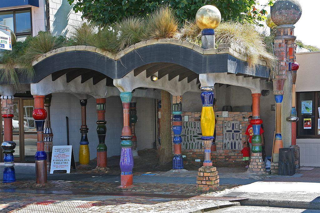 Kawakawa, öffentliche Toilette nach einem Entwurf von Friedensreich Hundertwasser (Bild: W. Bulach, CC BY SA 4.0, 2009)