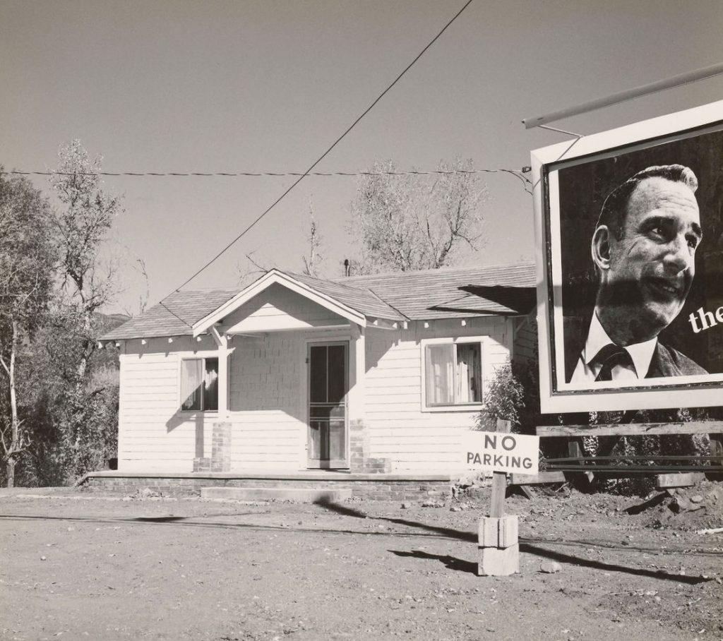 Robert Adams: Eigenheim, Colorado Springs, Colorado, 1968-1971 (Bild: Silbergelatineabzug, Albertina, Wien – Dauerleihgabe der Österreichischen Ludwig-Stiftung für Kunst und Wissenschaft © Robert Adams, courtesy Fraenkel Gallery, San Francisco)