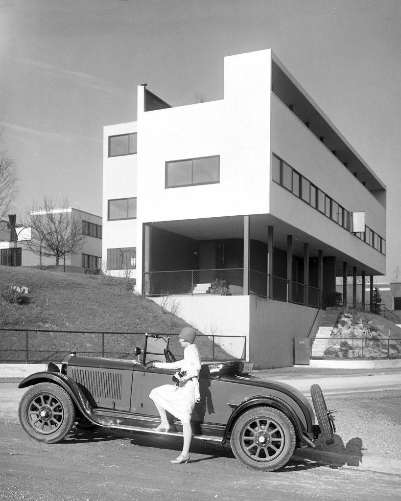 Elsbeth Böklen posierte 1928 vor dem Le-Corbusier-Haus in der Stuttgarter Weißenhof-Siedlung (Foto: Daimler)