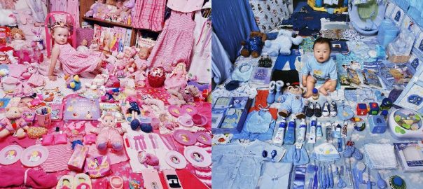 links: The Pink Project – Emily and Her Pink Things, NY, USA 2005 (Bild: © JeongMee Yoon), rechts: The Blue Project I - Jake and His Blue Things, NY, USA, Light jet Print 2006 (Bild: © Jeon)
